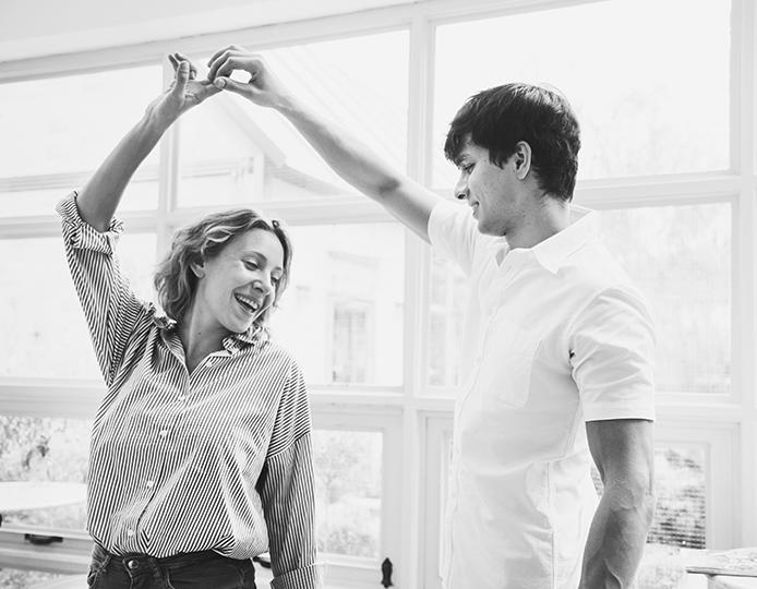 mujer y hombre bailando